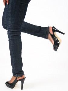 nogi w butach z gołymi piętami