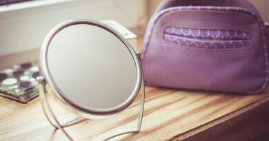 Wakacyjna kosmetyczka – jakie kosmetyki zabrać na urlop?