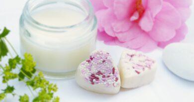 Jakich kosmetyków naturalnych używać na rozstępy?